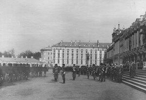 Церемониальный марш Донской батареи мимо императора Николая II и его свиты. 7 апреля 1903