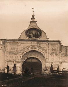Вид на Святые врата бывшего Успенского Горицкого монастыря.