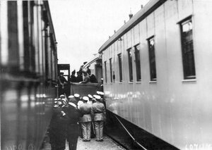 Императрица Мария Фёдоровна и сопровождающие её лица выходят из вагона поезда после осмотра состава