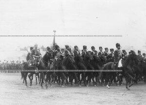 Подразделения лейб-гвардии Собственного его императорского величества Конвоя на параде войск.