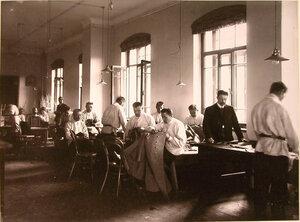 Группа призреваемых за работой в мастерских.