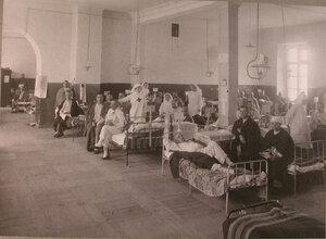 Медицинский персонал и раненые в палате лазарета при Императорском Техническом училище.