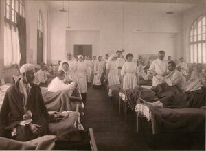 Медицинский персонал и раненые в палате лазарета,устроенного на Пречистенских курсах.