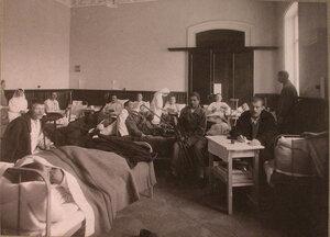 Сестры милосердия и раненые в палате лазарета при городском Ляминском приюте.