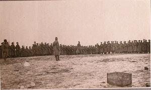 Командир полка, отправляющегося на передовые позиции, поздравляет Георгиевских кавалеров во время праздника на перевязочно-питательного пункта №18, организованного отрядом Красного Креста В.М.Пуришкевич.