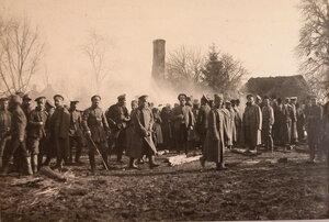 Группа офицеров и солдат за тушением пожара, возникшего вблизи аэродрома от сброшенной неприятелем бомбы.