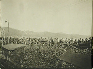 Солдаты местного гарнизона на станции во время посадки. Иркутская обл. Байкал ст.