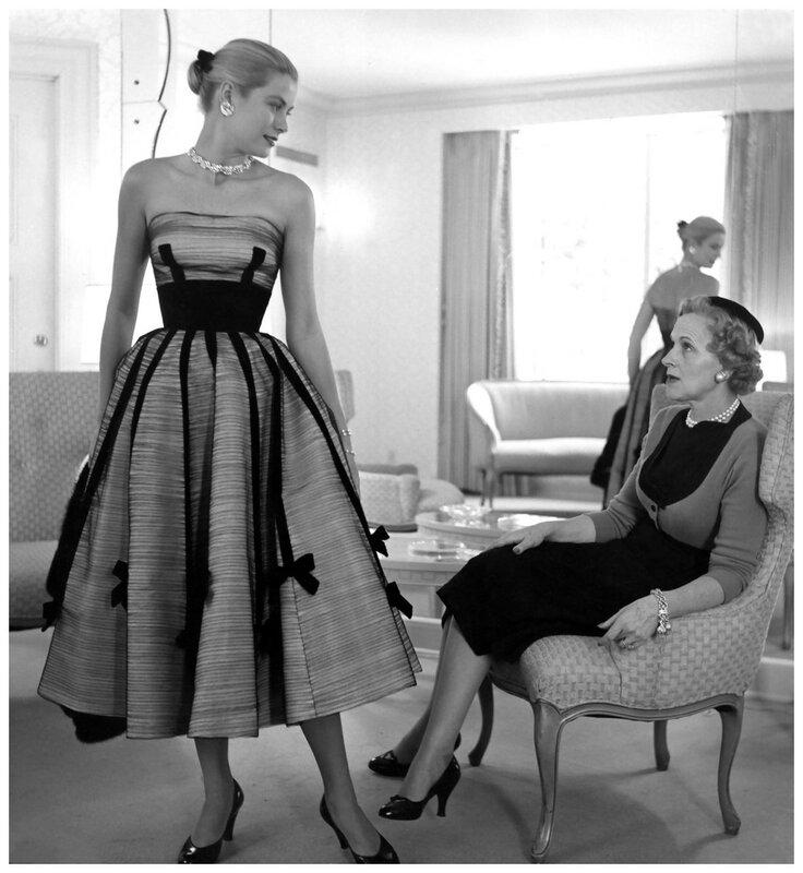 Грейс Келли меряет новое платье с мамой