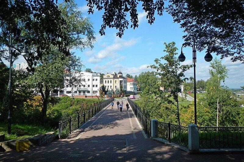 Вид из Александровского сада на мост самоубийц и фургончик с мороженым на Набережной