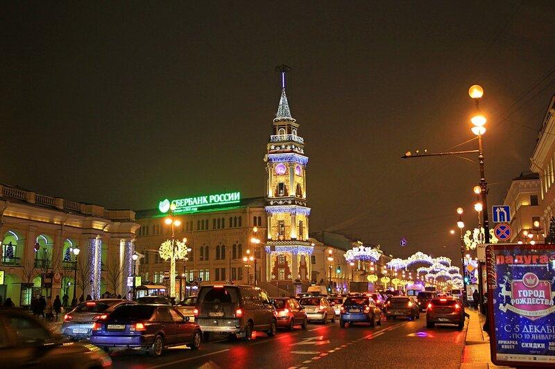 Думская башня в ночной подсветке и новогодней иллюминации на углу Думской улицы и Невского проспекта в Санкт-Петербурге