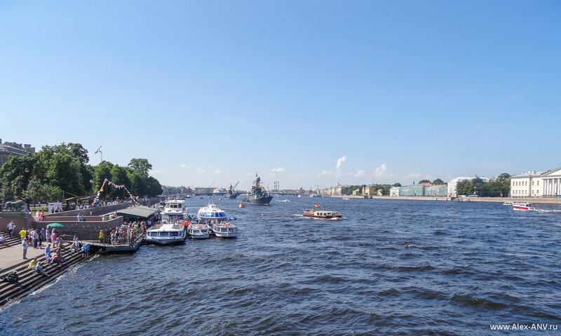 С Дворцового моста гораздо лучше видно происходящее на Неве. Оцените заполненность Адмиралтейской набережной, а ведь завтра наверняка будет гораздо больше народу.