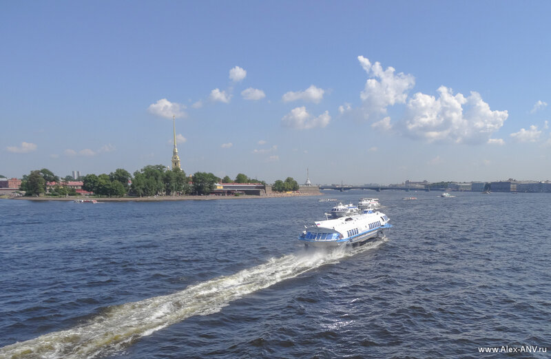 Идущий на подводных крыльях Метеор - это фантастически величественное зрелище. Вот один из них только что прошёл под Биржевым мостом, вернувшись из Петергофа, а два других ждут своей очереди, чтобы отвезти пассажиров туда.