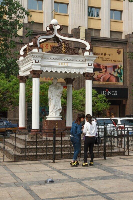 Мадонна с младенцем, улица Ванфуцзин, Пекин