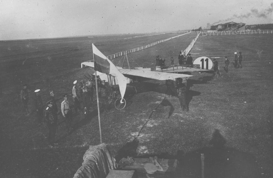 Перед началом полетов. Блерио лейтенанта Буксгевдена выводят на беговую дорожку Коломяжского ипподрома..jpg
