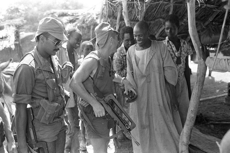 """Lors de l'opération """"Manta"""", deux militaires du 2e RIMa (Régiment d'Infanterie de Marine) prennent contact avec la population sur le marché d'Ati."""