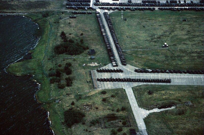 Flugplatz Peenemьnde mit ausgesonderten Militдrkraftfahrzeugen der NVA