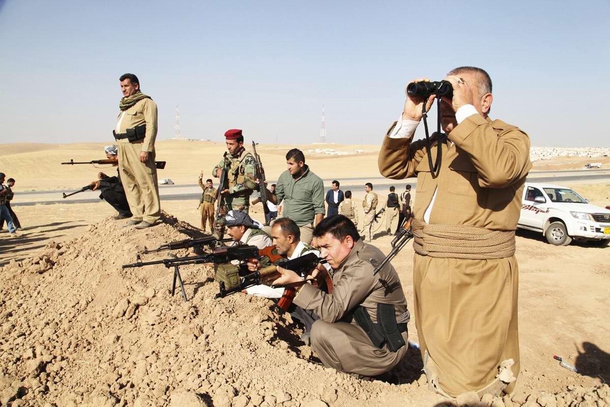 Бойцы военизированных формирований Иракского Курдистана разворачивают свои силы в целях организации вооруженного противостояния наступающим боевикам ИГИЛ