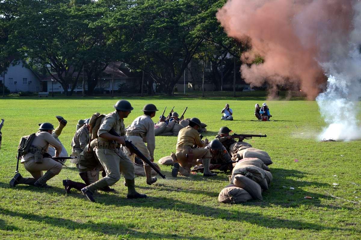 Филиппинские реконструкторы в форме солдат армии США в ходе имитации боевых действий на острове Батаан