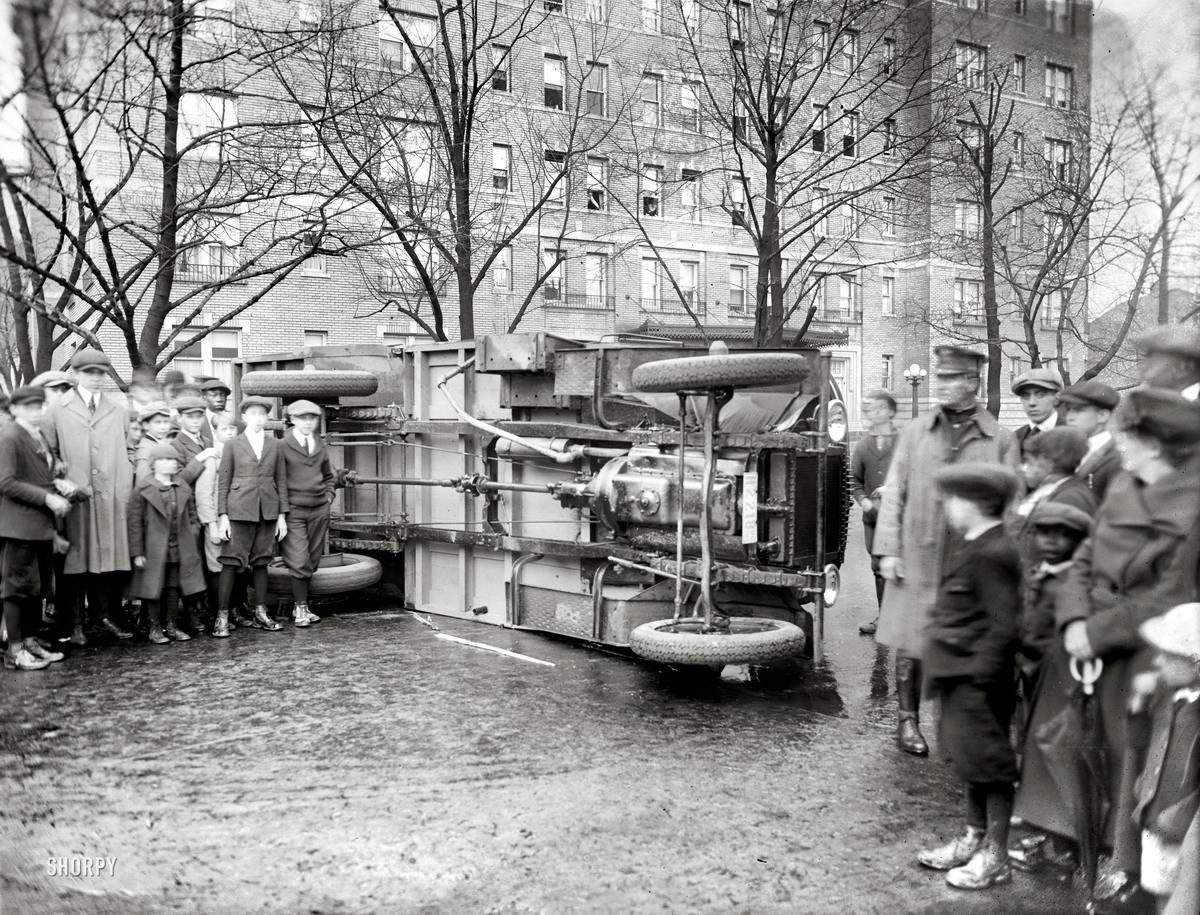 Люди вокруг перевернувшегося автобуса (1921 год)