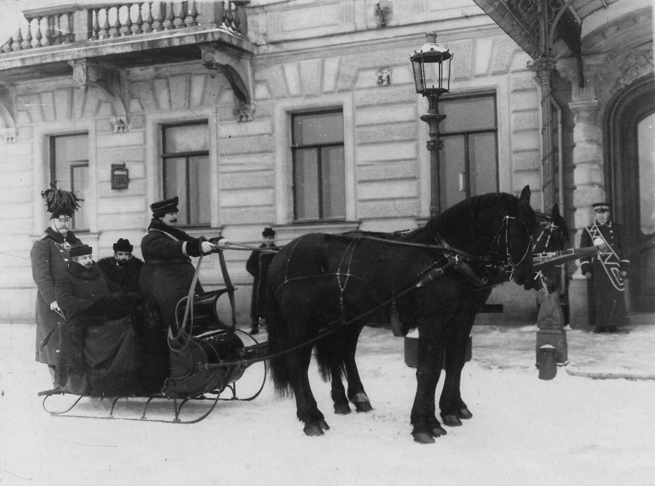 05. Сотрудники посольства в санях у подъезда дома. 1905