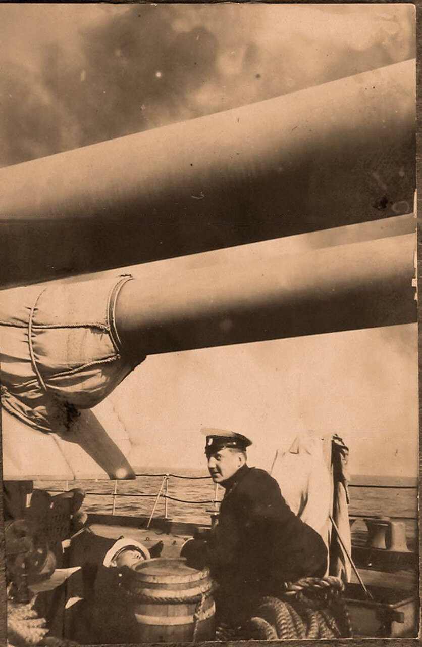 35. Офицер у артиллерийской башни линейного корабля