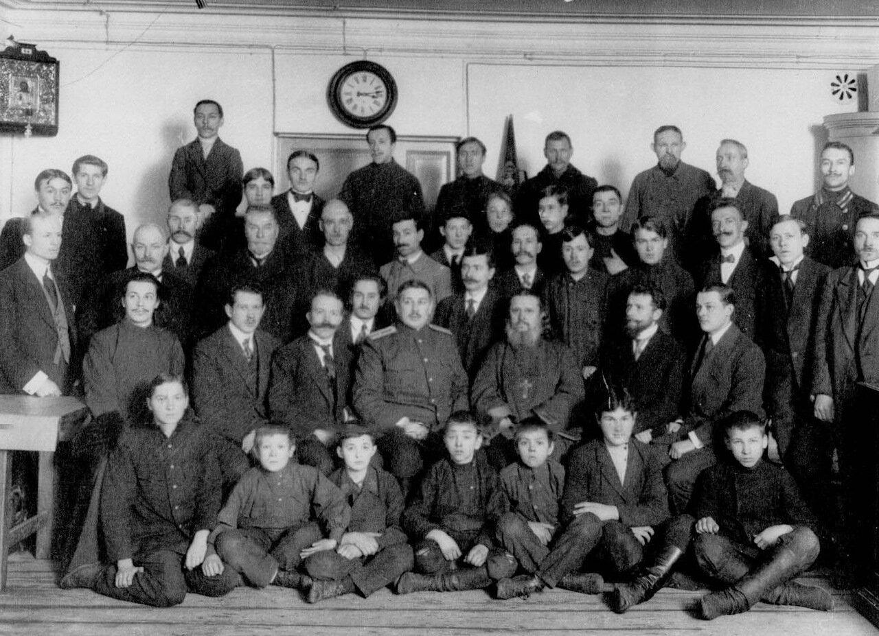 25. Группа рабочих и служащих завода