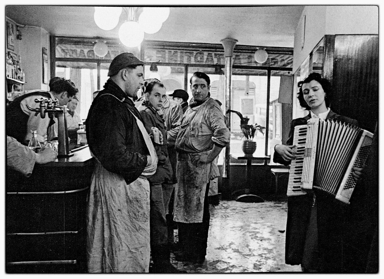 1953. Аккордионистка, играющая в бистро возле Рю де Ле-Аль и мясники, любители музыки