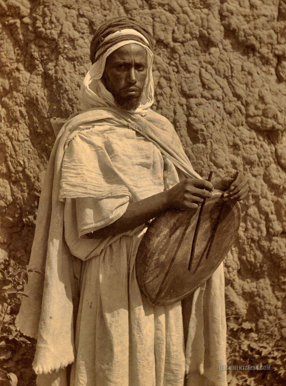 1880. Музыкант с барабаном