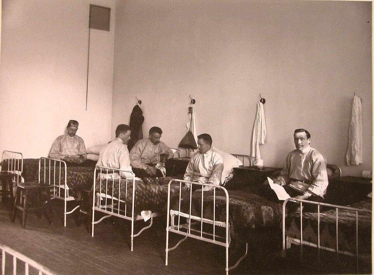 18. Группа призреваемых в спальне перед сном