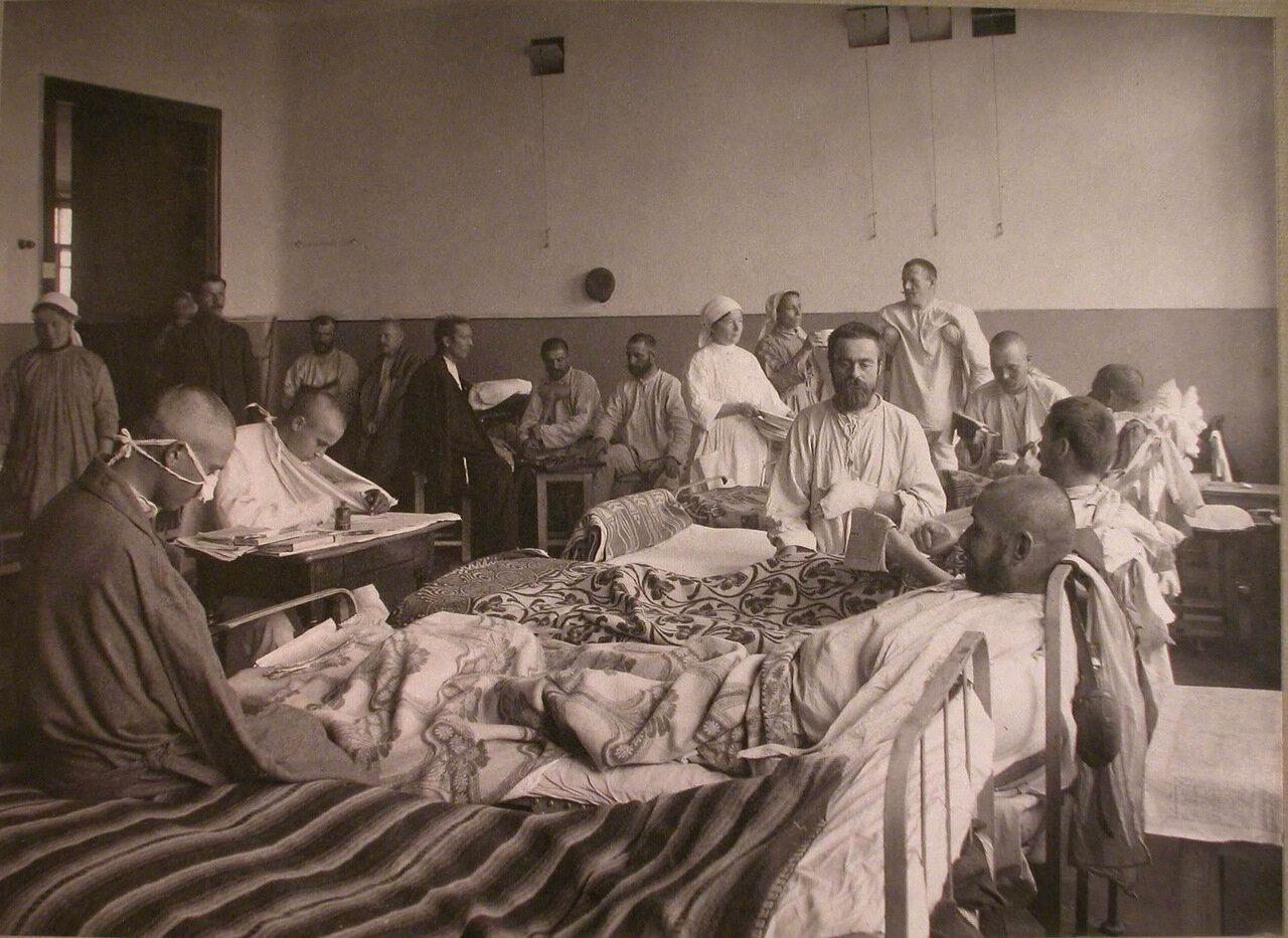 10. Раненые и сестры милосердия в палате лазарета,устроенного во 2-м Донском городском училище