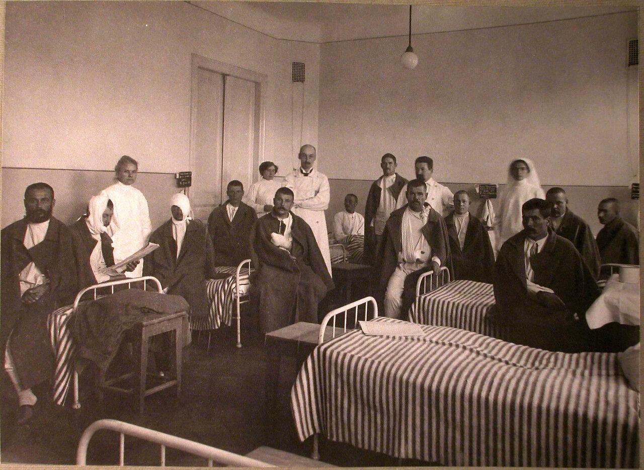 26. Раненые и медицинский персонал в палате лазарета Прохоровской мануфактуры