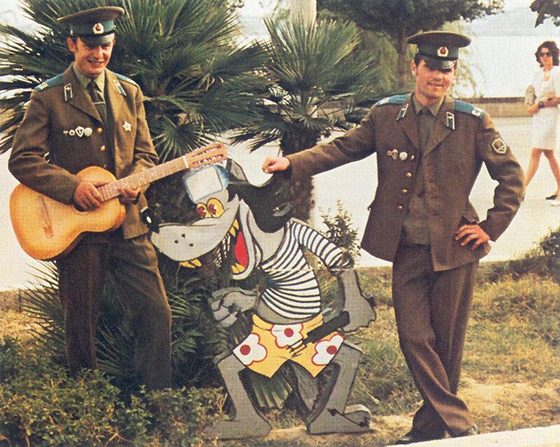 Солдаты в увольнении позируют для сувенирного фото с персонажем мультфильма