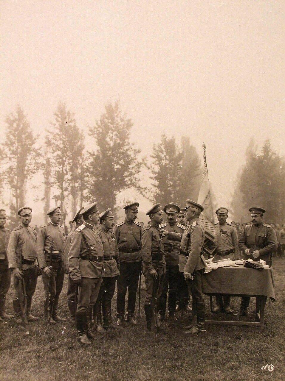 16. Командир 24-го армейского корпуса генерал от кавалерии Цуриков(третий справа)во время награждения бойцов Георгиевскими крестами