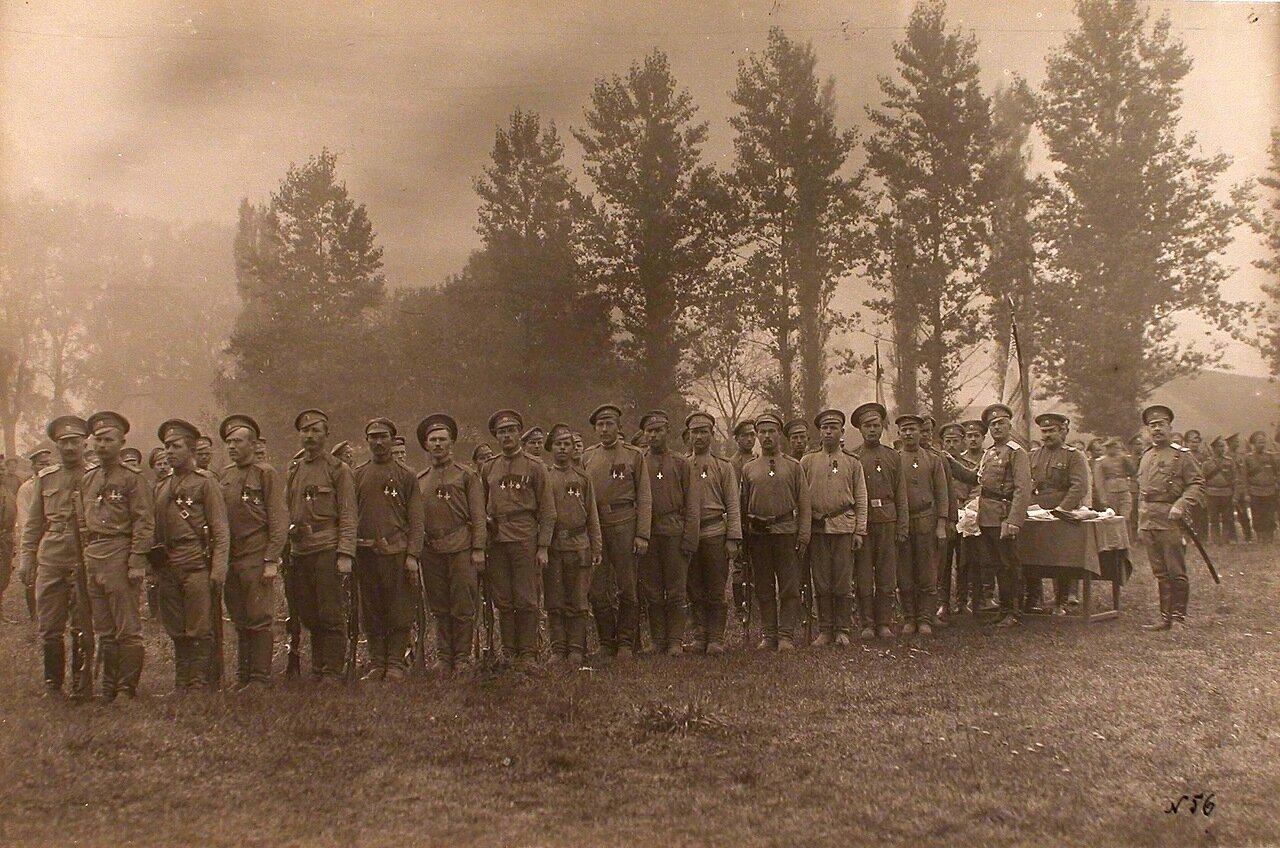 17. Командир 24-го армейского корпуса генерал от кавалерии Цуриков(у стола третий справа) с группой награждённых Георгиевскими крестами