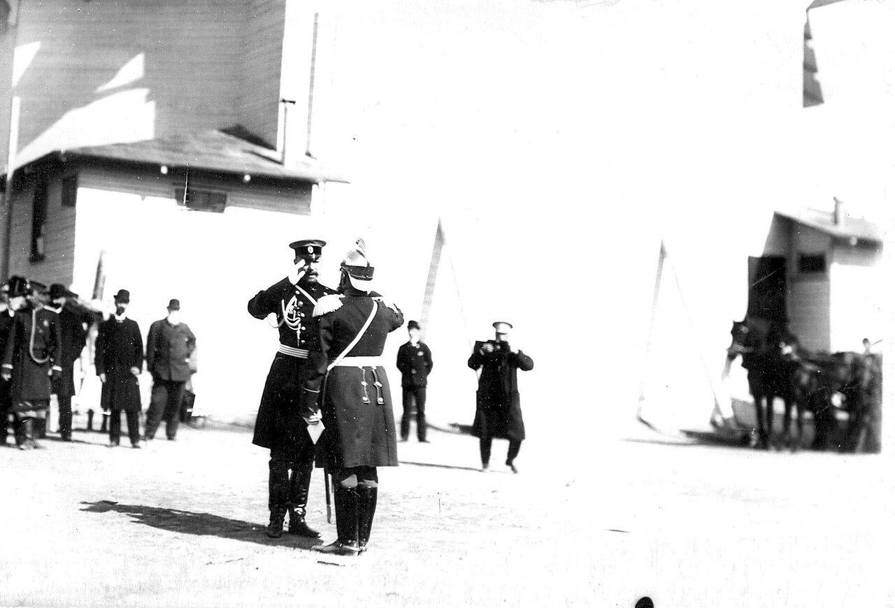 05. Брандмайор рапортует принимающему парад о построении пожарных частей