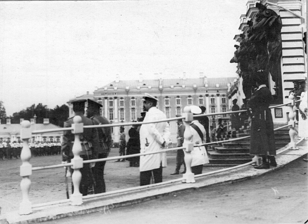 04. Группа свитских генералов у парадного подъезда Екатерининского дворца