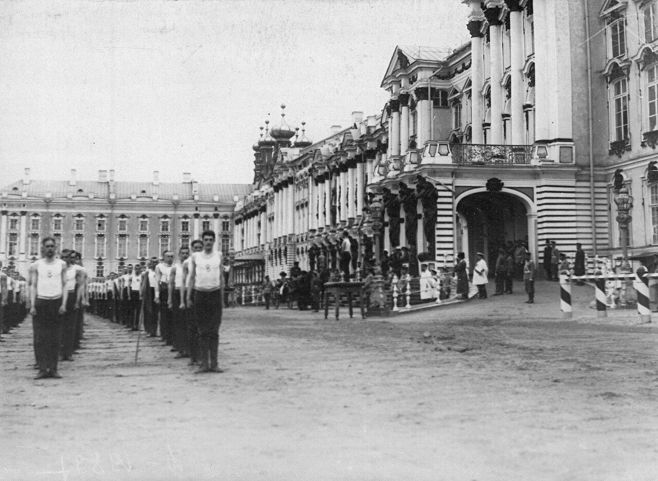 11. Выполнение гимнастических упражнений учащимися на площади перед Екатерининским дворцом