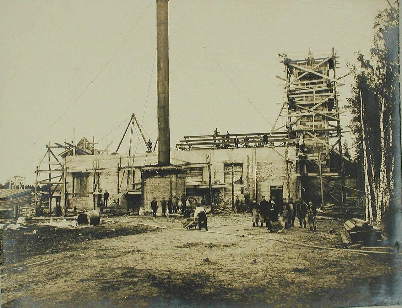 12. Рабочие на строительстве железобетонной электростанции
