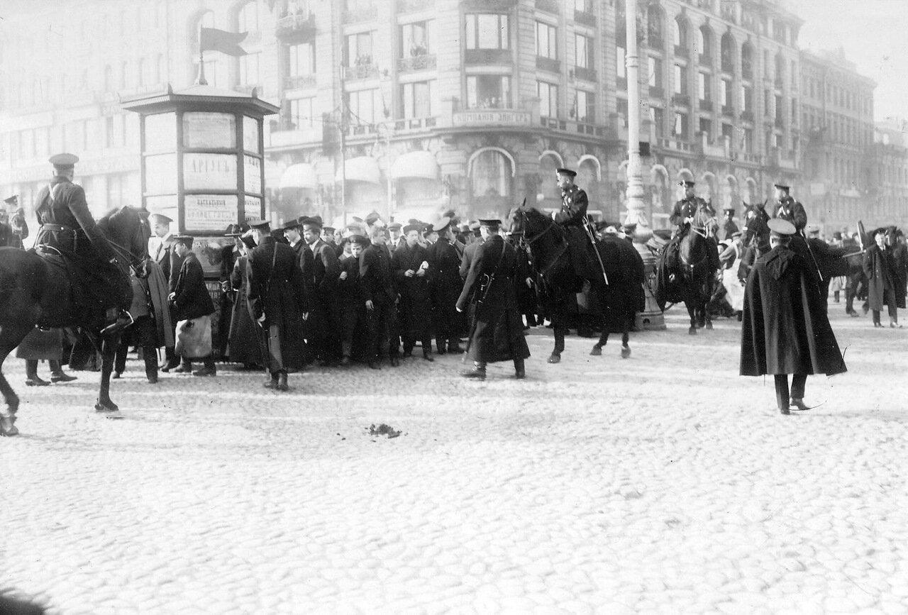 07. Конная полиция на Невском проспекте у Екатерининского канала во время прохождения манифестации