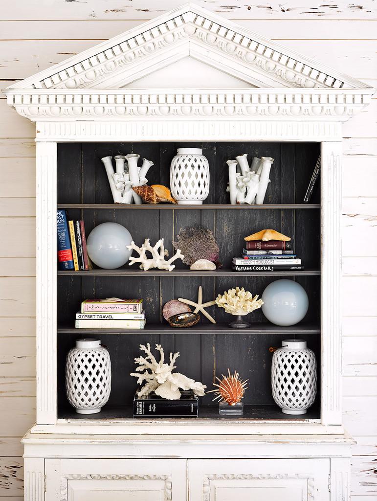 белый шкаф с фронтоном, полки, сувениры, вазы, кораллы,
