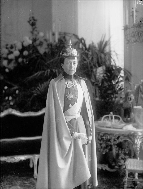 Королева Виктория в военной форме