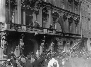 Манифестанты приветствуют посла и членов итальянсколго посольства по случаю объявления Италией войны Германии.
