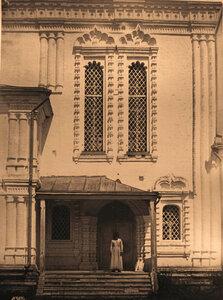 Вид на окна и крыльцо церкви Благовещения.
