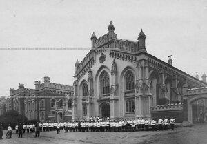 Солдаты сводно-гвардейского батальона у казармы.