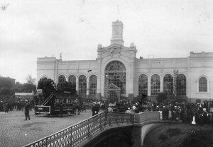 Толпы любопытных  перед Варшавским вокзалом  после покушения  Е.С.Сазонова на министра внутренних дел В.К.фон Плеве.