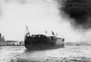Корпус крейсера Аврора на воде у стапелей Ново-Адмиралтейской верфи.
