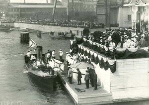 Прибытие к царскому шатру кареты с членами императорской фамилии перед спуском на воду линкора Севастополь .