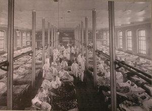 Раненые солдаты в палате распределительного госпиталя,устроенного в помещении 1-го винного склада.