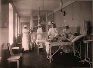 Медицинские сестры за перевязкой раненых в перевязочной французского госпиталя св.Екатерины.