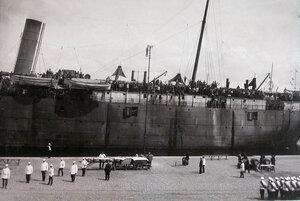 Военные чины, встречающие эвакуируемых с Дальнего Востока, на пристани в порту.